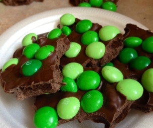 "3-ingredient ""Lucky Leprechaun"" Cookie-Candy Bark"